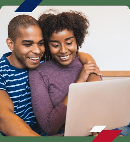 casal realizando compra online do seu apartamento