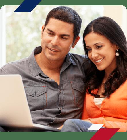 casal realizando compra online de forma segura