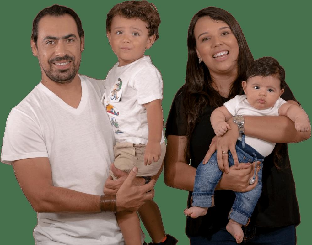 pais felizes com os filhos no colo